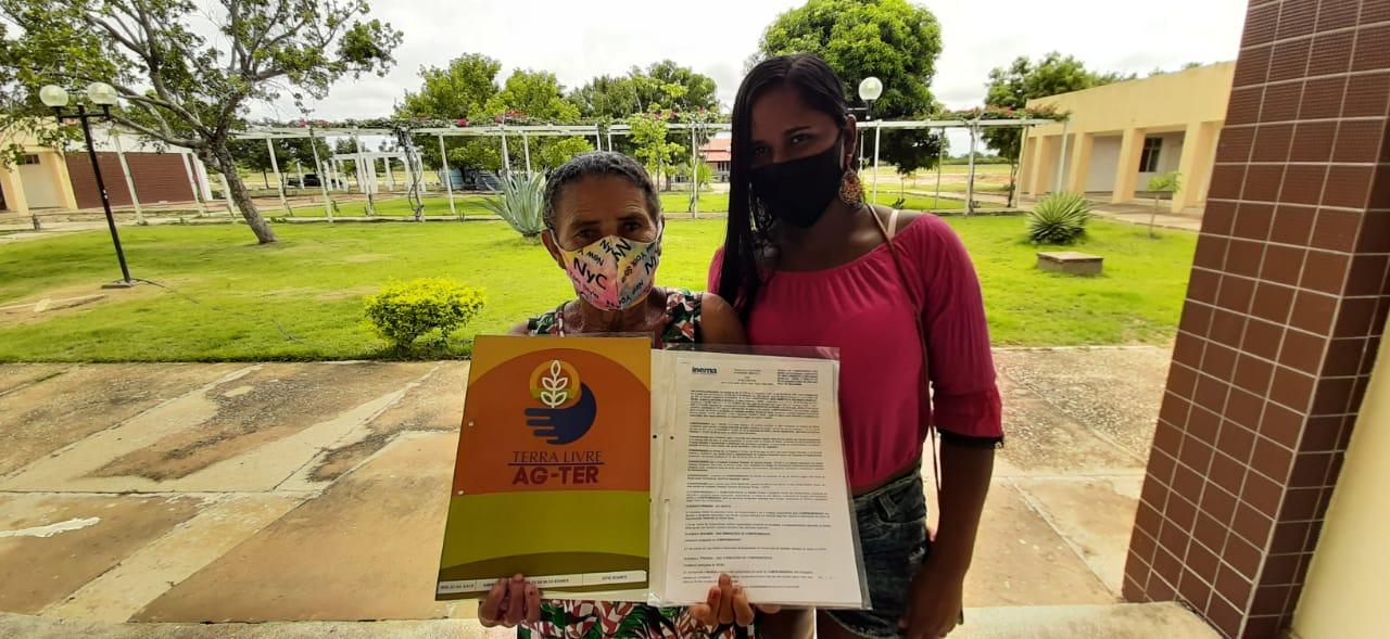Barra-agricultores-recebem-234-ttulos-de-terra-registrados-em-cartrio