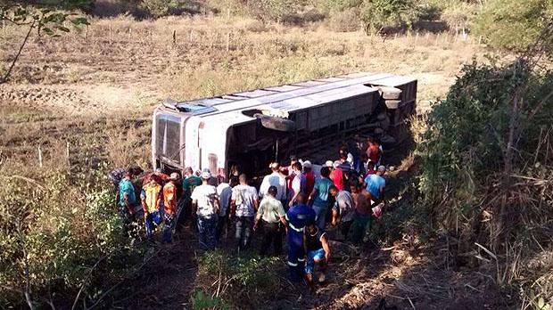 nibus-capota-na-BR-324-e-deixa-passageiros-feridos