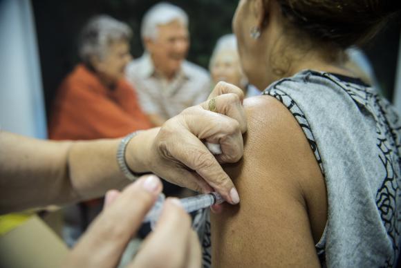 Dia-D-da-vacinao-contra-a-gripe-mobiliza-mais-de-65-mil-postos