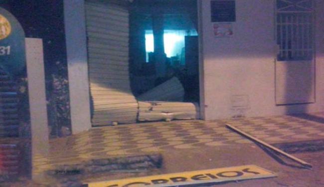 Bandidos-fazem-refns-e-explodem-banco-e-Correios-na-Bahia