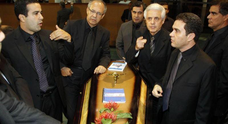 Deputados-promovem-enterro-do-Legislativo