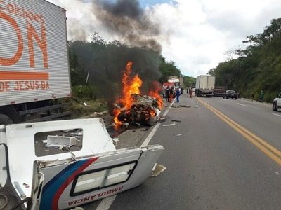 Acidente-entre-ambulncia-e-caminho-deixa-trs-mortos-na-BR-101
