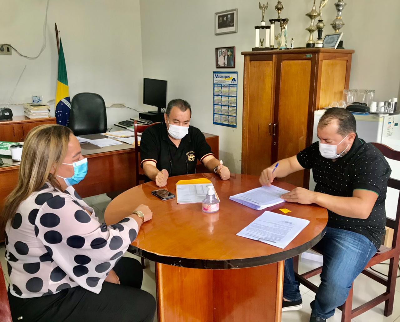 Ao-assinar-convnio-de-R-14-milhes-Cafu-confirma-pr-candidatura-Assembleia