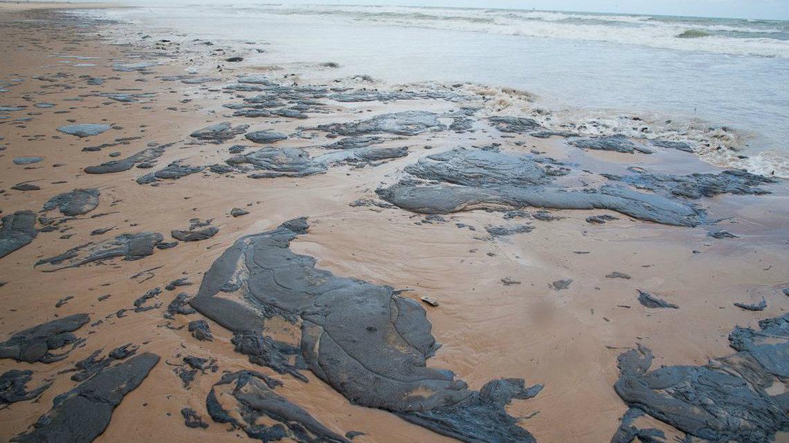 Bahia-decreta-estado-de-emergncia-por-manchas-de-leo-no-litoral