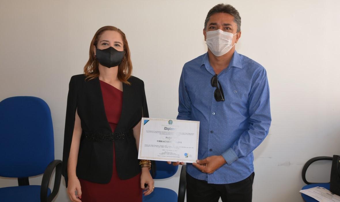 Birinha-recebe-diploma-ao-lado-de-David-e-vereadores-aliados