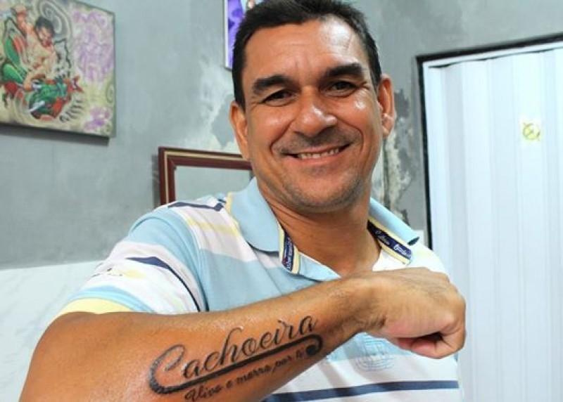 Prefeito-eleito-de-Cachoeira-tatua-nome-da-cidade-no-brao