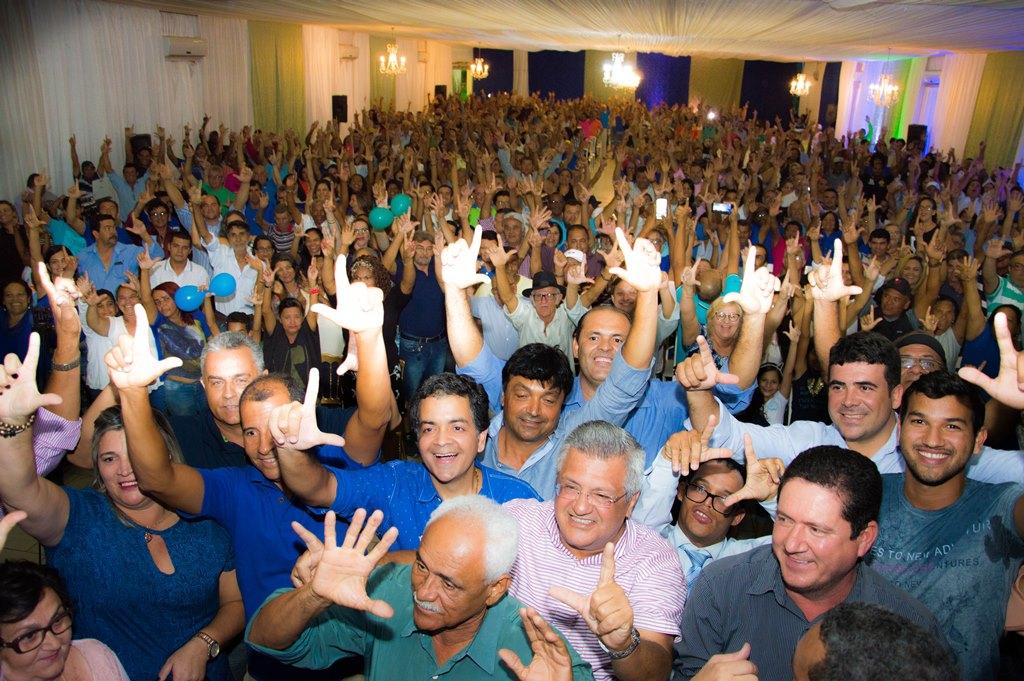 Em-noite-de-festa-Luizinho-Sobral-lana-pr-candidatura-AL-BA