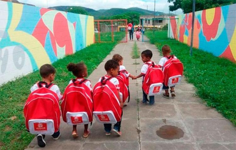 Kit-escolar-de-Jequi-vira-piada-pelo-tamanho-da-mochila-dada-aos-alunos