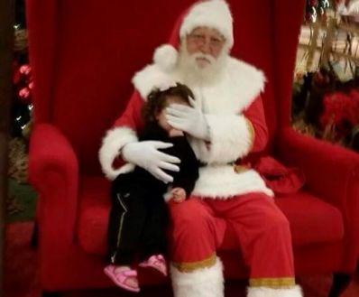 Papai Noel cobre rosto de criança após pai se negar a pagar foto em shopping