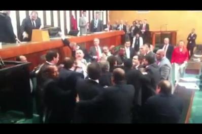 """Durante votação para vaga no TCE, deputados """"saem na mão"""". Assista!"""