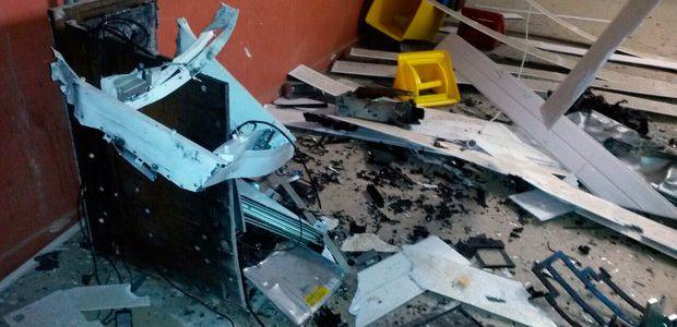 Itagibá: Grupo invade mineradora, explode caixas eletrônicos e faz funcionários reféns