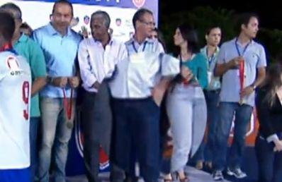 Diretor financeiro da FBF é flagrado colocando medalha do Baiano no bolso