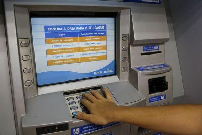 Caixa paga na sexta abono do PIS para nascidos em novembro