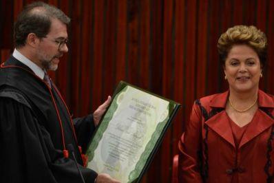 Ao ser diplomada no TSE, Dilma defende Petrobras e condena corrupção