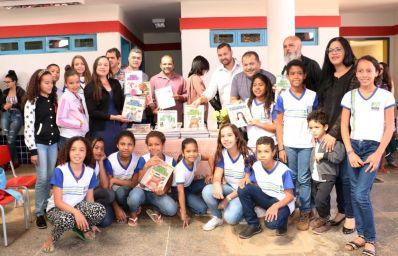Com investimento de mais de R$ 1 milhão, Prefeitura distribui kits de livros e entrega melhorias sanitárias