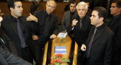 "Deputados promovem ""enterro do Legislativo"""
