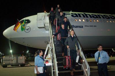 Seleção alemã chega à Bahia e é recebida com festa por torcedores