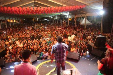 Com recorde de público, Irecê encerra São João com show vibrante do seresteiro Zezo