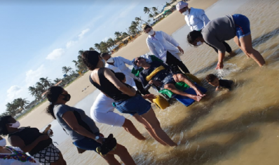 Paciente com Esclerose Amiotrófica é levado para praia em Aracaju