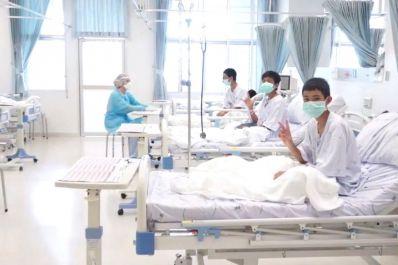 Meninos presos em caverna na Tailândia terão alta nesta quarta