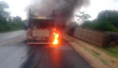 Carreta pega fogo após acidente na BR-116