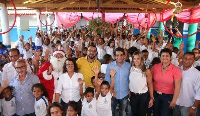 Luizinho Sobral e primeira-dama de Irecê iniciam distribuição de presentes aos alunos da rede municipal