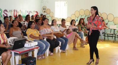 Psicóloga discute com servidores públicos sobre rede de proteção à criança