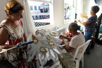 Idosas da Casa da Cultura produzem fantasias com material reciclável