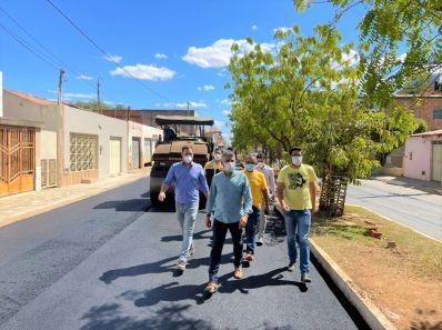 Fé em Deus e muito trabalho: Prefeitura inicia pavimentação da Tertuliano Cambuí