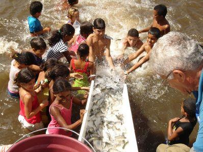 """Codevasf promove """"peixamento"""" em Riacho de Santana e Xique-Xique"""