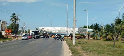 Inusitado: 'avião' congestiona trânsito na Estrada do Coco