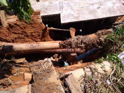 Adutora rompe e casas são atingidas por lama em Ilhéus