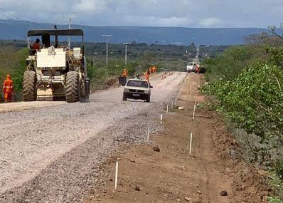 Empresa inicia obras de recuperação da estrada entre Uibaí e a BA-052
