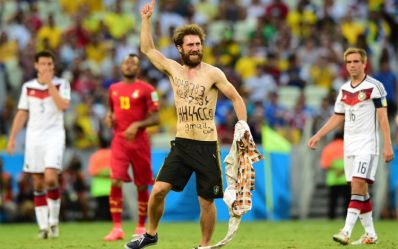 Invasor de jogo Alemanha e Gana é acusado de nazismo e Fifa abre investigação