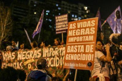Ser negra dobra risco de morte de jovem no Brasil