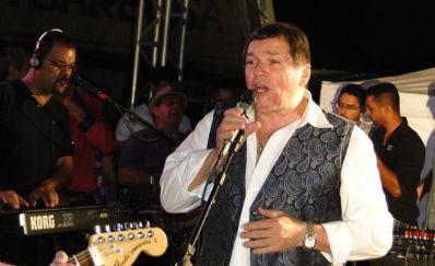 Jerry Adriani reúne multidão em show histórico no Mercadão
