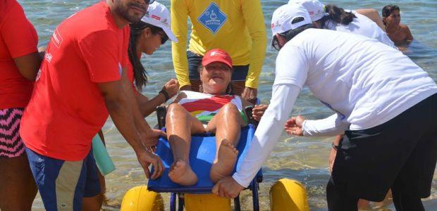 Projeto que leva pessoas com deficiência à praia bate recorde em Salvador